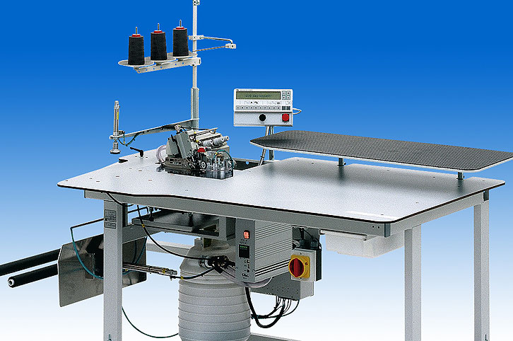 Automatic single head serging unit for serging and simultaniously trimming within the front pocket area, of Jeans